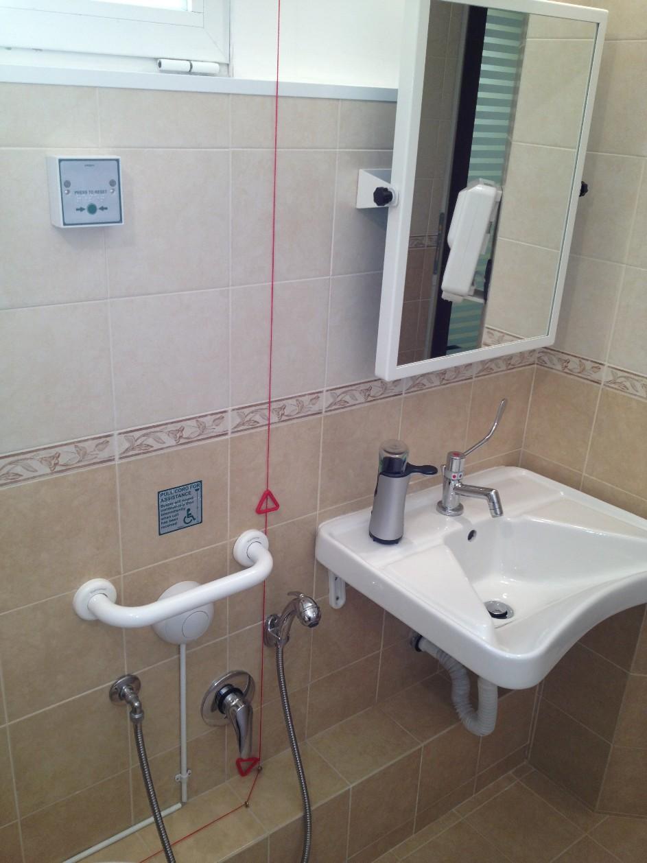 Il bagno per disabili fasciatoio studio dentista genova piccardo implantologia ortodonzia genova - Bagno disabili obbligatorio ...